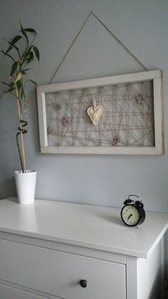 Vanhoista ikkunanpokista kehykset, juutinnarua taustaksi ja koristeeksi virkattu sydän tähtineen makuuhuoneen seinää koristamaan