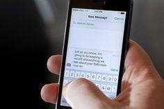 Avere con sè il proprio smartphone durante i piccoli interventi chirurgici potrebbe essere la soluzione ottimale per sentire meno dolore: inviare sms e mes