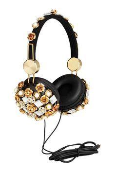 Słuchawki: Słuchawki nauszne z plastiku z tekstylnym pokryciem pałąka. Zdobione kamykami strassu i plastikowymi koralikami. Regulowany rozmiar. Pasują do telefonów komórkowych z gniazdem 3,5 cm. Długość przewodu ok. 90 cm.