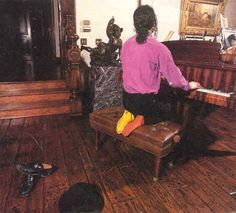 Michael Jackson relaxing and playing the piano at Neverland Harry Benson, Michael Jackson Neverland, Michael Jackson Fotos, Living With Michael Jackson, Neverland Ranch, Playing Piano, King Of Music, Jackson Family, The Jacksons