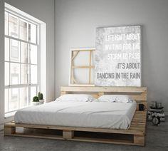 Nowoczesna sypialnia, łóżko z palet, stylowe wnętrza. Zobacz więcej na: https://www.homify.pl/katalogi-inspiracji/28516/6-rzeczy-ktore-powinny-sie-znalezc-w-mieszkaniu-kazdego-singla