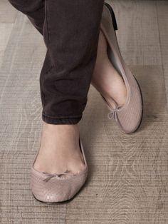 Image from https://cdna.lystit.com/photos/2012/08/23/repetto-nude-brigitte-bardot-ballet-flats-product-2-4508388-849919397_large_flex.jpeg.