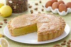 La torta frangipane è un dolce dalla consistenza molto particolare, con una morbida frolla e una crema realizzata con farina di mandorle.