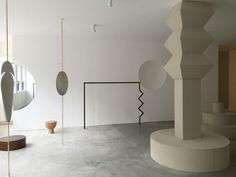 L'architecte d'intérieur Sarah K de Blakebrough applique son approche particulièrement sculpturale dans la boutique australienne Shifting Worlds. Totalement théâtralisé, l'espace de vente se voit pourvu de mannequins en laiton, de miroirs hémisphériques, de pièces en aluminium et d'étagères géométriques inspiration Memphis. Tel une oeuvre d'art, il est prêt à accueillir les luxueuses créations d'Issey Miyake, les parfums d'Aura Soma ou encore les bijoux de Faux Real.