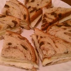 Zimt Apfel und Havarti Tee Sandwiches Rezept - Must Make Again! - Eat or Not Foods Tea Sandwiches, Finger Sandwiches, Cinnamon Raisin Bread, Cinnamon Apples, Cinnamon Drink, Caramel Apples, Tea Recipes, Cooking Recipes, Tea Party Sandwiches Recipes