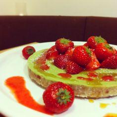 Raw avokádový cheesecake s jahodami a kokosem