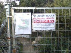 Carteles señalizando la propiedad, incluso con escritos del Cuerpo de Agentes Forestales.