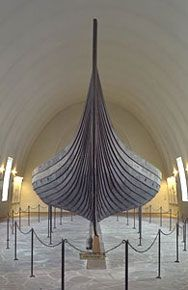 Frontal view of the Viking ship known as the Gokstad, housed at the Viking Ship Museum in Oslo, Norway. The ship dates from c. 900 CE and was preserved in a ship burial found in Oslo fjord. The lapstrake technique. Oslo, Archaeological Discoveries, Archaeological Finds, Viking Ship, Viking Age, Viking Dragon, Stavanger, Viking Longship, Domaine Public