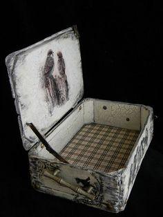 Большой чемодан на колесах  – удобный, вместительный дорожный аксессуар, в который можно упаковать вещи, необходимые во время путешествия целой семье. Дорожные аксессуары таких размеров чрезвычайно вместительны, поэтому вы сможете перевозить в них большое количество предметов одежды, обуви и прочих личных вещей. #большой #чемодан #на #колесах Vintage Suitcase Decor, Decoupage Suitcase, Painted Suitcase, Decoupage Box, Vintage Suitcases, Vintage Luggage, Art Studio Storage, Old Luggage, Eco Furniture