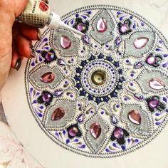 Завораживающие рисунки из сотен точек: хендмейд от мастерицы из Пензы  Российская художница Дарья, известная под ником dahhhanart, создает невероятной красоты предметы декора. Настенные тарелки и циферблаты она украшает точечными рисунками. Отчасти ее работы напоминают хохлому – старинную русскую декоративную роспись.  #Abbigli #рукоделие #хобби #креатив #handmade