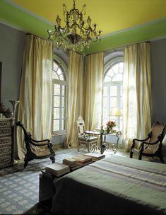 gelbe und grüne Decke im Schlafzimmer - fantastischer Kronleuchter