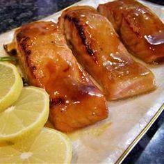 Salmón a la miel y mostaza-  Hoy les traigo una receta con un sabor ligeramente agridulce, pero a la vez intenso y muy exquisito.     Ésta receta es muy rápida y fácil de hacer, ¿Se atreven a probarla? Atentos, que empezamos...