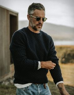 Taylor Stitch have presented another wardrobe essential you can wear trough fall into the cold winter months. The Wave Sweater is a beautiful, chunky sweater made from a woolen blend that is heavy, but not so heavy as to sacrifice breathability or co Style Hipster, Style Casual, Swag Style, Smart Casual, Men Casual, Men's Style, Man Street Style, Men Street, Gentleman Mode