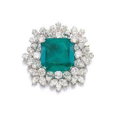 Broche Bulgari ayant appartenue à Gina Lollobrigida en émeraude (27.57 carats) et diamant. Epoque 1964. Estimation: 119 273 - 156 290 euros