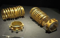 In the Sui(AD581-618), Tang (AD618-907) & Song (960-1279) dynasties, it was very popular for women to decorate their arms with bracelets, known as armlets. The images of women wearing armlets are found in Taizong Meeting Tibetan Emissaries of Yan Benli and Court Ladies Adorning Their Hair with Flowers of Zhou Fang, painters of the early Tang Dynasty. Such decorations went beyond royal families and aristocrats. Common people also crazed about them. As historical records showed, Cui Guangyuan…