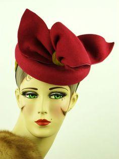 VINTAGE HAT 1940s BEAUTIFUL FELT TILT TOPPER IN BRIGHT FUSHIA & GOLD VELVET, USA