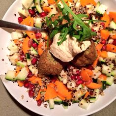 Vegan quinoa salad with falafel and humous! So Nice and super healthy!!