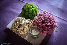 Centro de mesa para boda con flores de papel y flores naturales