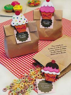 Hoje,temos algumas inspirações para embalagem de lembrancinhas.Mesmo que a lembrancinha seja simples, se capricharmos na embalagem o efeito já será outro.Lindas ideias e... Kids Crafts, Foam Crafts, Diy And Crafts, Paper Crafts, Ice Cream Theme, Ice Cream Party, Unicorn Diy, Decorated Gift Bags, Creative Gifts