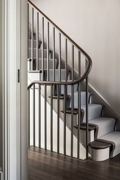 Television is often the big black spot of the decoration in the living room. Banister Remodel, Decor Around Tv, Banisters, Railings, Stair Handrail, Modern Staircase, Staircase Contemporary, Modern Railing, Steel Railing