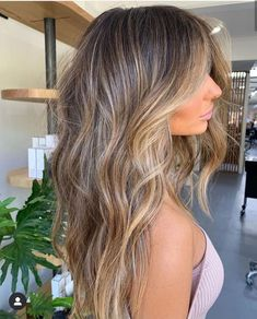 TEXTURE via Forever obsessing over this colour Styled using and Brown Blonde Hair, Brunette Hair, Hair Color Balayage, Hair Highlights, Dark To Blonde Balayage, Bronde Haircolor, Pelo Natural, Hair Color And Cut, Gorgeous Hair