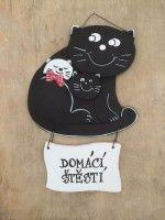 Černobílá kočka s koťaty s cedulkou