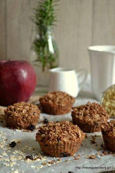 Υλικά για 8-9 μάφιν: 3/4 φλ. αλεύρι ολικής 1 φλ. κινόα Biosophy, μαγειρεμένη 1/4 φλ. ζάχαρη καρύδας Biosophy 1/4 φλ. ηλιέλαιο 1 μεγάλο μήλο τριμμένο 1 κ.γ. baking powder 1/4 κ.γ. τζίντζερ, κανέλα, γαρίφαλο 1/4 φλ. σταφίδες για την επικάλυψη: 1/4 φλ. βρώμη Bauckhof 1 κ.σ.