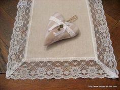chemin de table en toile de jute bordé de dentelle (A little market - 20€/2,75m)