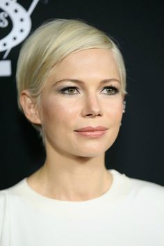 Michelle Williams Short Side Part - Michelle Williams attended the premiere of 'Manchester by the Sea' wearing her signature short side-parted cut. Michelle Williams Pixie, Maisie Williams, New Hair, Your Hair, Short Hair Cuts, Short Hair Styles, Silver White Hair, Hair Color And Cut, Pixie Hairstyles