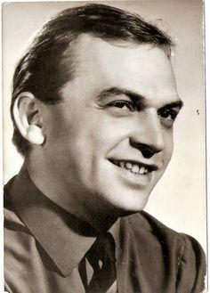 Bodrogi Gyula (Budapest, 1934. április 15. –) a Nemzet Színésze címmel kitüntetett, Kossuth- és kétszeres Jászai Mari-díjas színművész, rendező, érdemes és kiváló művész. Első felesége Törőcsik Mari, a második Voith Ági volt. Házastársak: Törőcsik Mari (házas. 1956.–1964.), Voith Ági. Gyermeke: Bodrogi Ádám. Famous Portraits, Crop Circles, Celebs, Celebrities, Budapest, Role Models, Filmmaking, Vintage Photos, Movie Stars