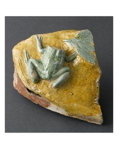 Fragment de grenouille sur un roc jaune par BERNARD PALISSY - Musée national de la Renaissance (Ecouen)