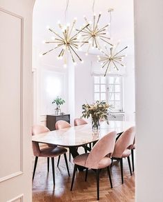 Gorgeous 30 Modern Minimalist Dining Room Design Ideas for Comfortable Dinner With Your Family Esstisch Dining Room Lamps, Dining Room Lighting, Dining Room Design, Wall Lamps, Lights Over Dining Table, Kitchen Lighting, Marble Dining Tables, Dining Table With Chairs, Dining Furniture