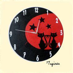 """horloge décorée main rouge et noir décor """"duo de chats dans la lune"""" sur disque vinyl 33 tours. pièce unique et originale. mécanisme à quartz silencieux (convient parfaitement pour une chambre) avec 3 aiguilles argentées(heure, minutes, trotteuse rouge) vernie , livrée avec un pile AA d' 1.5 Volt. possibilité de commande avec motifs et couleurs de votre choix"""