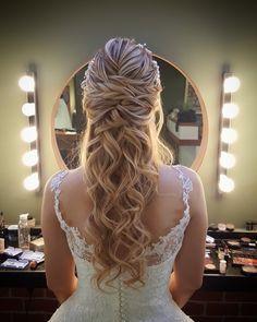 Modèles de cheveux et maquillage de mariée 2017 www. Curly Wedding Hair, Wedding Hair Pins, Wedding Hair Flowers, Prom Hair, Wedding Bride, Veil Hairstyles, Formal Hairstyles, Medium Hair Styles, Curly Hair Styles