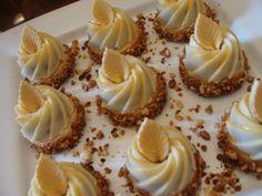 bonjour    Somptueuses et prestigieuses ces couronnes feront craquer grands et petits , du... White Chocolate Desserts, Mini Desserts, Eid Cake, Algerian Recipes, Traditional Cakes, Cake Decorating Techniques, Oreo Cheesecake, Biscuit Cookies, Mini Cakes