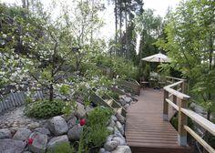 Terassit toimivat todella hyvin rinteessä ja ne tuovat lisää toimivuutta puutarhaan. www.kotipuutarha.fi
