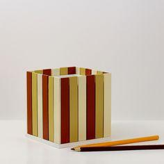 Pastelníkovník+-+tužkovník+-+karamel+Originální+dřevěný+pastelníkovníkzdobený+nalepeným+malým+plotem.+Natřeno+barvou+zdravotně+nezávadnou,+konečná+úprava+bezbarvým+matným+lakem.+Plot+je+ruční+výroba,+nestejná+výška+jednotlivých+dřevíček+je+záměrem.+Velikost:12,5+x+11,5+x+11,5+cm