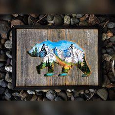 Cest une partie de ma collection plus petite mesure 10 « x 14 ». Cette pièce est faite de bois récupéré avec une découpe ours grizzle. Lintérieur est peint une belle scène de lac et montagnes avec de la peinture acrylique.