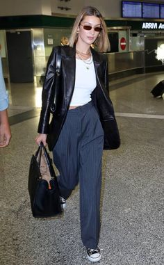 Bella Hadid in Travel Outfit - Arriving in Milan Bella Hadid Style, Outfits, Clothes and Latest Photos. Look Fashion, 90s Fashion, Autumn Fashion, Fashion Outfits, Fashion Trends, Milan Fashion, Fashion 2020, Vintage Fashion 90s, Fall Fashion Week