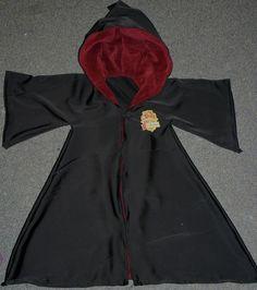 Ça me pendait au nez depuis un moment, finalement, hier après-midi, je me suis lancée, j'ai cousu pour Petite Louloute la robe de sorcier...