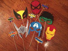Este listado está para un conjunto de 6 Marvel inspirado máscaras de personaje superhéroe! Spiderman, wolverine, thor, hierro man, hulk y Capitán América puede hacer tu próxima fiesta un SUPER uno! Se trata de adultos tamaño-sin embargo, puedo fácilmente cambiarla a tamaño de los niños si lo prefiere.  Agregar un conjunto de 5 diferentes burbujas de palabra pow para la diversión adicional en el photobooth! (+ $15)  * Sólo añadido Hawkeye y verde Gobblin! Seleccione la opción máscara de…