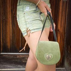 Imma fesch beinond! Bei uns findet ihr für jeden Look das passende Accessoire 🍀 Clutch, Lady, Saddle Bags, Fashion, Accessories, Light Scarves, Shoulder, Bags, Moda