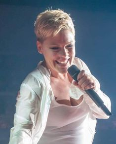 Beautiful Trauma World Tour 2018 Pixie Crop, Short Pixie, Alecia Moore, Everything Pink, Her Music, Famous Women, Girl Crushes, Role Models, Pink Girl