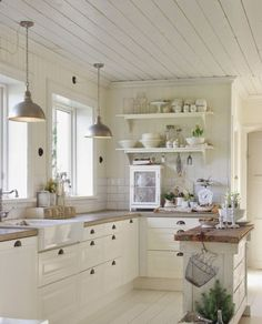 Cool 40 Stunning Farmhouse Kitchen Ideas on A Budget https://roomadness.com/2017/10/27/40-stunning-farmhouse-kitchen-ideas-budget/