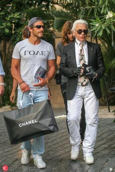 Karl Lagerfeld died at the age of 85 - Here in Saint Tropez on 18 August 2008 Karl Lagerfeld, 50 Year Old Men, 50 Years Old, Black Sneakers Outfit, Nike Sneakers, Jordan Sneakers, Brown Sneakers, 50 Year Old Man Fashion, Indian Men Fashion