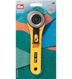 15,90 EUR | Tilkkujen leikkaamisesta helppoa ja miellyttävää puuhaa. Hyvä apuväline tilkkutöiden tekijälle. Meiltä myös vaihtoterät leikkuriin.<BR><BR><ul><li>Materiaali: muovi varsi 18 cm</li><li>metalli terä halkaisija 45 mm</li></ul>