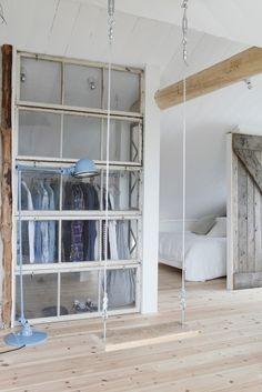 """Jeg har længe været vild med idéen om at bruge gamle vinduer og vinduesrammer som rumdeler indendørs. Det giver noget personlig og tjekket til et rum. Forleden i boligprogrammet """"I hus til halsen"""" benyttede designeren Anders Busk Faarborg også den geniale idé, og det tilføjer bare så meget cool til indretningen synes jeg. Det geniale ved løsningen er, at du deler rummet op og gør det dermed mindre, men når... Dressing, Puertas"""