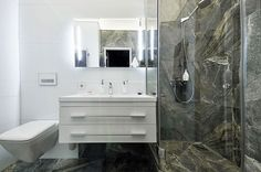 Small bathroom in white and natural stone - Decoist
