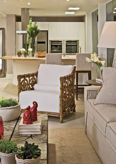 A confortável poltrona dá um toque natural na decoração. - Sala de estar / Espaço gourmet