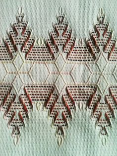 Huck Arizona Pine Trees and Snowflakes – The Destashification Project Swedish Embroidery, Hardanger Embroidery, Types Of Embroidery, Cross Stitch Embroidery, Hand Embroidery, Embroidery Stitches Tutorial, Embroidery Patterns, Stitch Patterns, Huck Towels